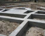 Постройка такого фундамента заключается в создании траншеи и заливке её...